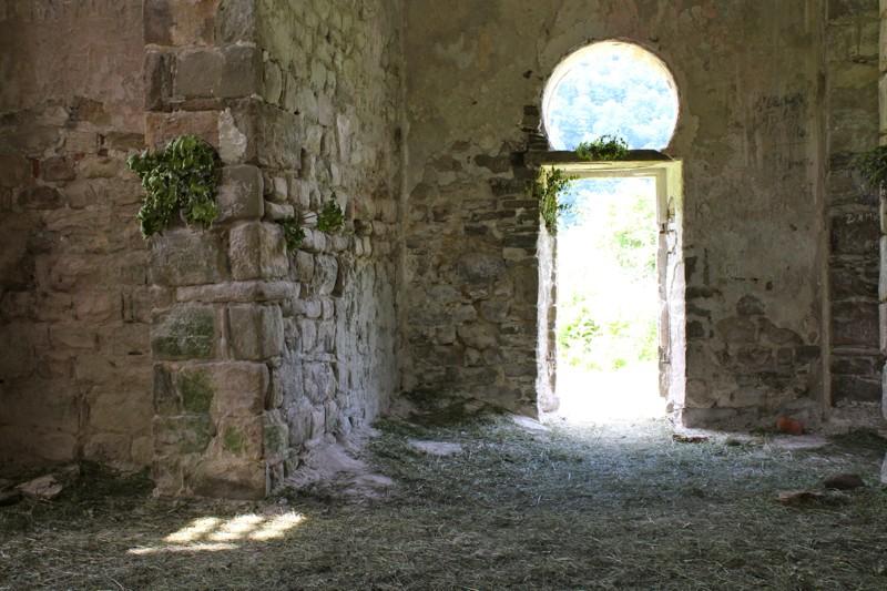 В Троицком храме . Мы были тут вскоре после Троицы. Храм украшен березками.