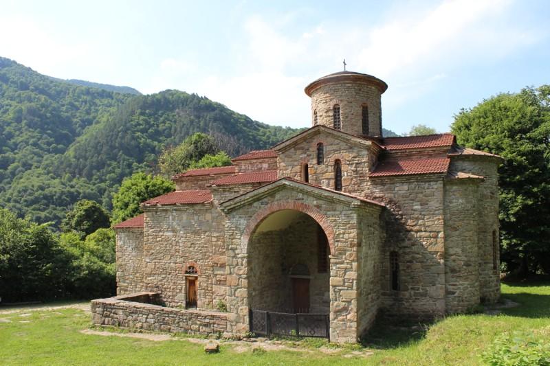 Северный храм . Георгиевский храм некогда был кафедральным собором Аланской епархии.