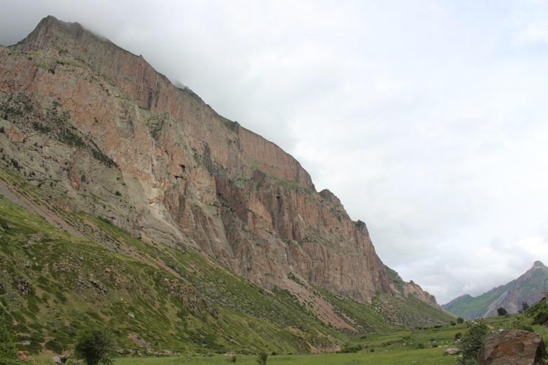 Чегемское ущелье . Знаменитые Чегемские водопады и вместе с ними туристы остались позади. Мы приближаемся к цели нашего путешествия – горному аулу Эль-Тюбю.