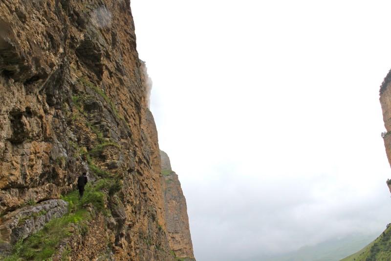 Монашеская лестница в небо . За века, прошедшие с тех времен, когда в этих горах была церковь, скала обрушилась, однако лестница, укрепленная кладкой, заметна –  если знать, где ее искать.