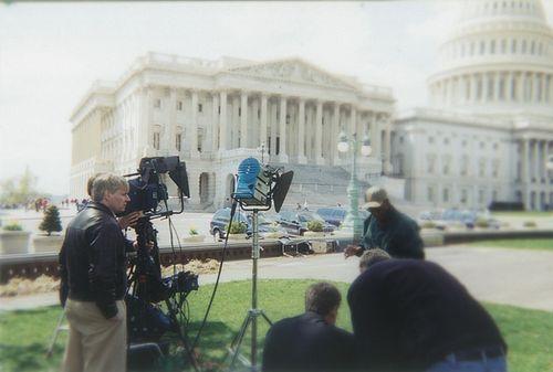 Прямой эфир новостей у здания Капитолия.