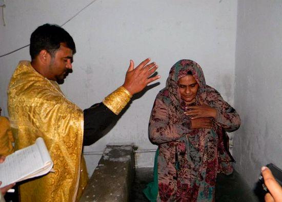 Отец Адриан совершает таинство крещения и миропомазания Робины Аделы. 31 января 2011 г.