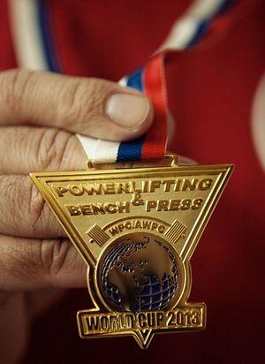 Так выглядит медаль Кубка мира по паэрлифтингу, полученная отцом Александром