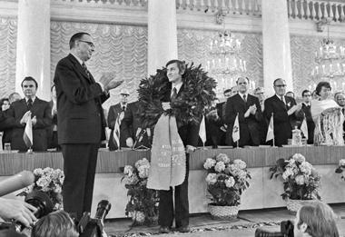 Чемпион мира по шахматам Анатолий Карпов принимает поздравления от президента ФИДЕ Макса Эйве. Москва, 1975 г. Фото ИТАР-ТАСС.