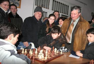 Анатолий Карпов на открытии шахматной школы своего имени. Сухум, 2006 г. Фото ИТАР-ТАСС.