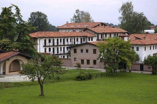 Общий вид монастыря Бозе