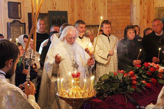 Митрополит Лев отпевает Юлию Ануфриеву в церкви вмч. Пантелеимона д. Бурга. 15 сентября 2013 года