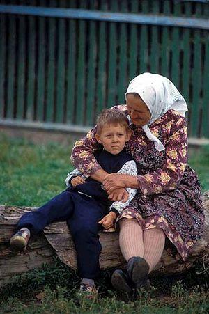 Бабушка с внуком. Фото: Виктор Грицюк