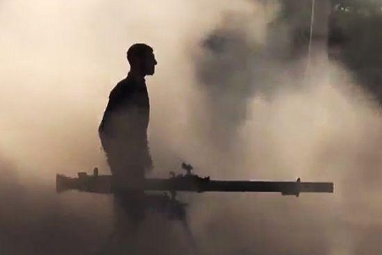 Боевик FCA во время столкновений с правительственными войсками в пригороде Хомса. Фото AP