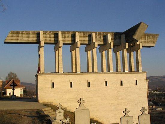 Памятник жертвам тюрьмы Аюд с часовней внутри.
