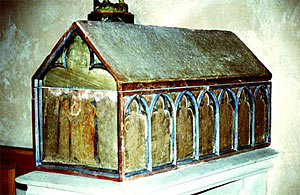 Саркофаг с одной из частиц мощей св. Софии украшен стершимися от времени рисунками сцен из жития святых мучениц