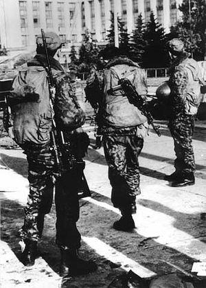 5.10.93. Утро после рассрела Дома Советов. Солдат со снайперской винтовкой
