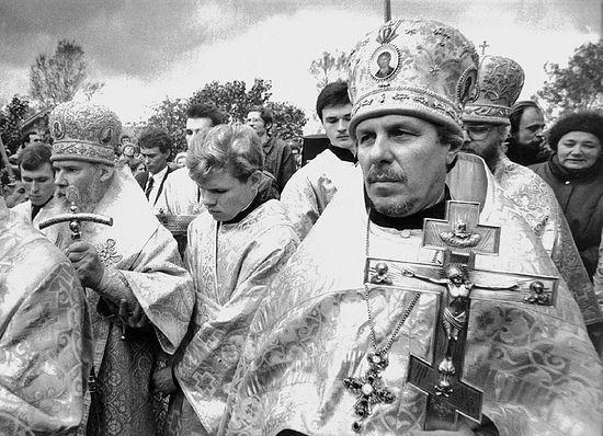 Визит Патриарха Алексия II в село Городня на празднование 600-летия храма Рождества Богородицы. Справа от Патриарха отец Алексий Злобин, 1990 г.