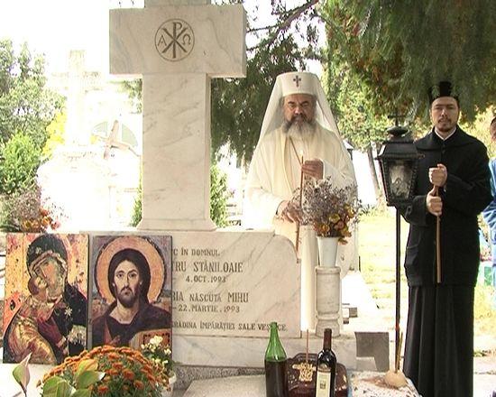 Румынский патриарх у могилы отца Думитру Стэнилоае и его супруги на кладбище монастыря Черника в Бухаресте