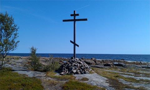 Крест на пустынном берегу за Растьнаволоком.
