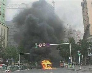 Горит взорванная во время теракта 26 июня машина. Фото Reuters
