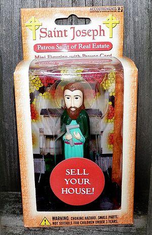 Фигурка святого Иосифа, «покровителя торговцев недвижимостью». Надпись на этикетке: «Продай свой дом!»