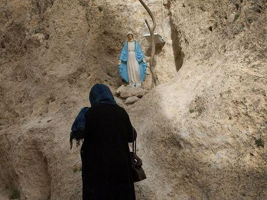 Женщина молится Пресвятой Богородице в Маалюле. Фото AFP