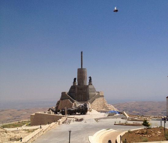 Фотография запечатлела снаряд боевиков, пролетающий над местом установки скульптуры Спасителя