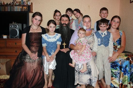 Священник Максим Первозванский, матушка Лариса и их дети