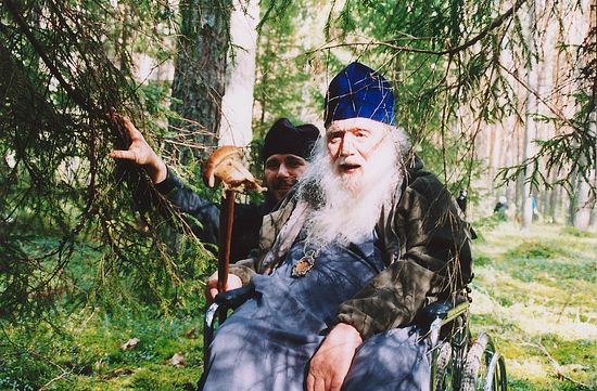 Владыка Михей с отцом Феодором на сборе грибов. Борисоглебские леса. 2002 г