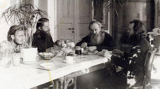 Ташкент, 1947 г. Слева направо: Игорь Мальцев, иероомонах Иоанн (Вендланд), епископ Гурий (Егоров), иподиакон Александр Хархаров