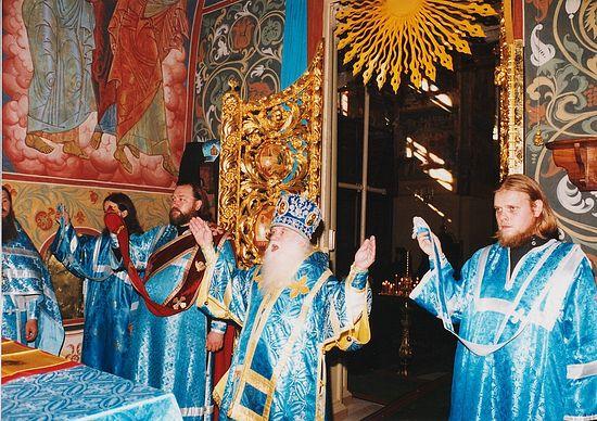 Владыка Михей у Престола. Толга, 21 августа 1995 г.