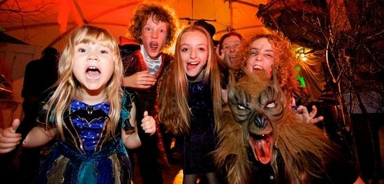 Дети празднуют хэллоуин