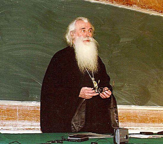 Митрополит Питирим читает на заседании семинара «Наука и культура», МГУ