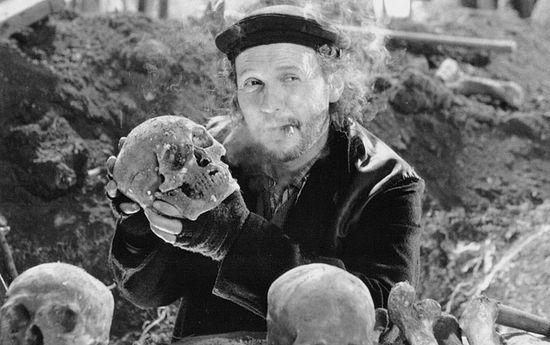 Билли Кристал в роли Первого могильщика («Гамлет», 1996). Фото: Castle Rock Entertainment, IMDB