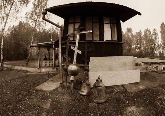 Уцелевшая часть сгоревшего храма