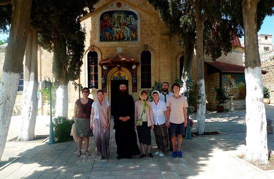 Паломники-журналисты в монастыре в Кане Галилейской с игуменом Хризостомом в мае 2013 года