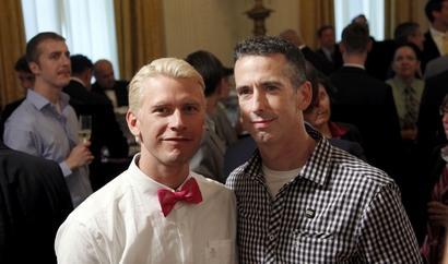 """Дэн Сэвидж (справа) и его """"муж""""."""