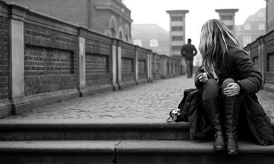 Девушка рассматривает голова мужика, заказать проститутку на дом спб