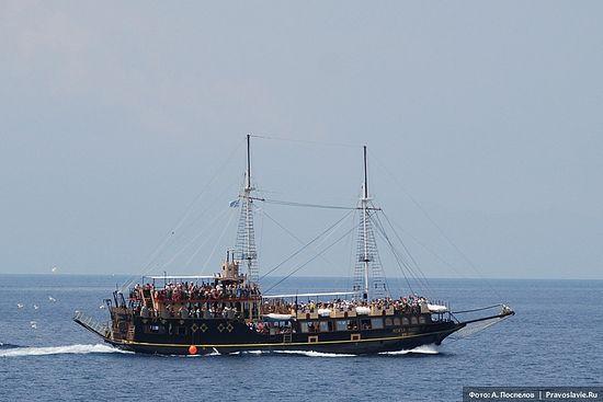 Туристический корабль рядом с Афоном. Фото: А. Поспелов / Православие.Ru