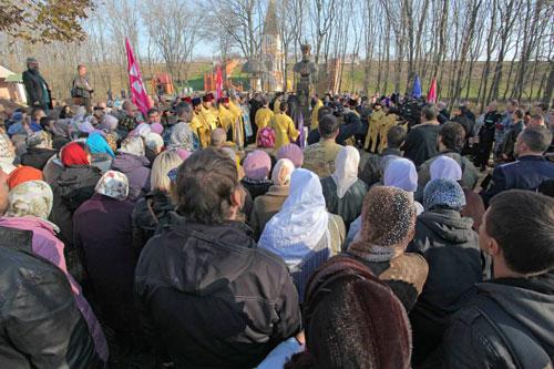 Молебен по открытии памятника. 30 октября 2013. Фото С. Кочетова.