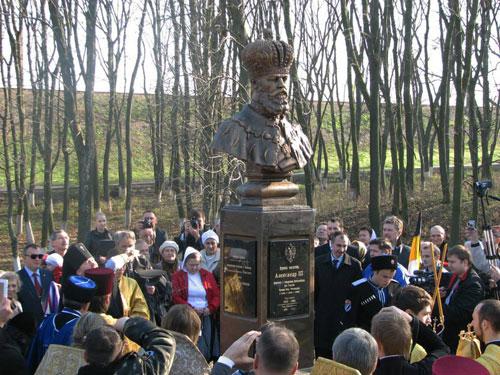 Архиепископ Изюмский и Купянский Елисей кропит св. водою памятник Императору Александру III.
