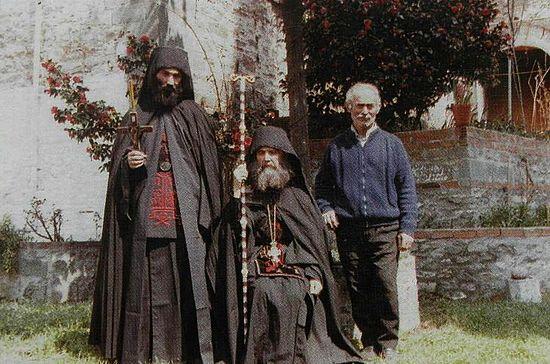 На фото отец Евфимий справа от отца Ефрема