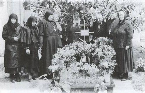 На могиле у старца схиархимандрита Виталия. 1992 г.