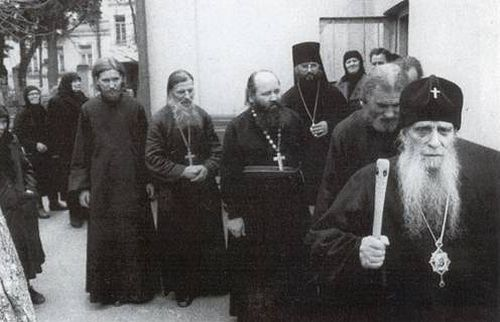 В День Ангела митрополита Зиновия. Отец Виталий следует за владыкой. 12 ноября 1983 г.