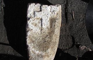 Камень с выбитым на нем крестом. Фото: ГКУ «Археологический центр им.Е.И.Крупнова»