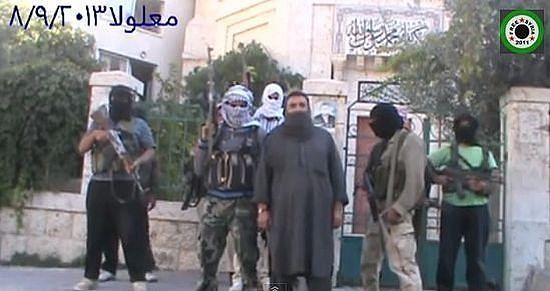 Терористи код манастирске капије за време првог освајања града. 10. септембар 2013. г.