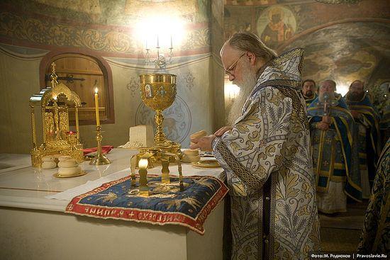 Архиепископ Орехово-Зуевский Алексий у жертвенника. Сретенский монастырь, 6 июля 2007 года