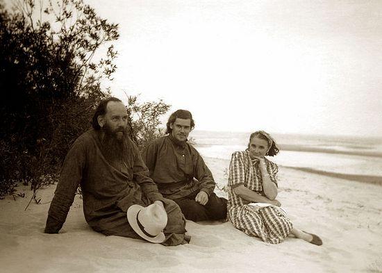 Алексий Ридигер с родителями на берегу Чудского озера. 1955 год.
