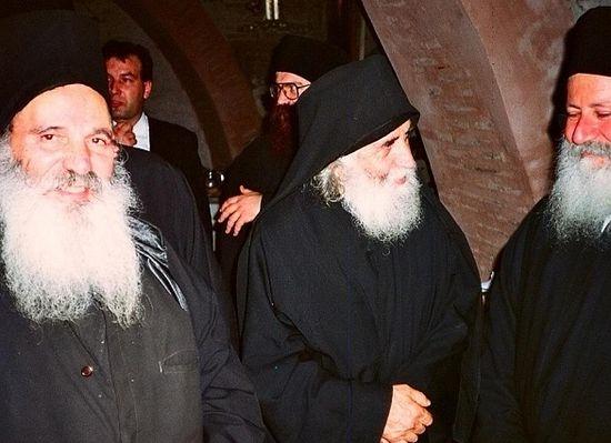 Посередине - старец Паисий Святогорец.