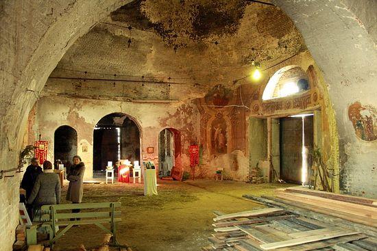 Даже в разрушенных храмах должны бывать люди, храм с. Романово, Свердловская область.