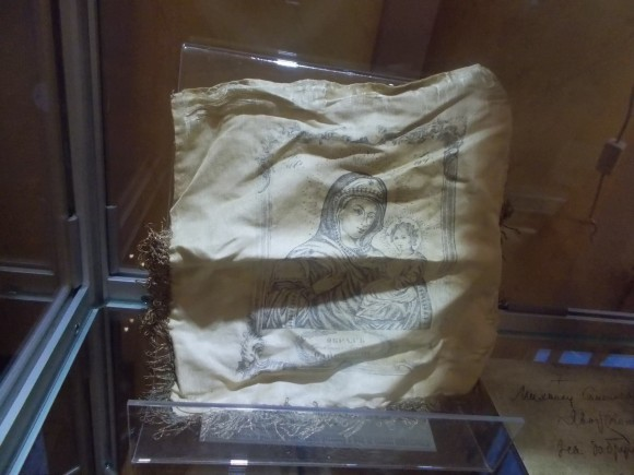 Плат с образом Богородицы, переданный в дар музею семьёй верующего, прошедшего заключение.