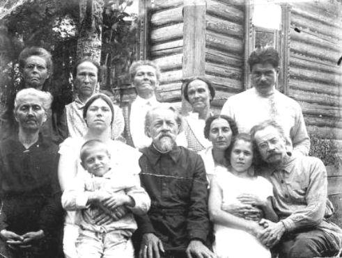 Семейная фотография. 1 ряд: крайний справа прот. Леонтий Гримальский, 4-й справа свящ. Александр Харьюзов. 2 ряд: крайний справа священник Николай Харьюзов, 2-я слева Постникова (Харьюзова) Агния Георгиевна