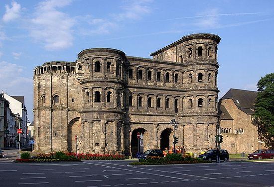 Знаменитые ворота Порта-Нигра, Трир.
