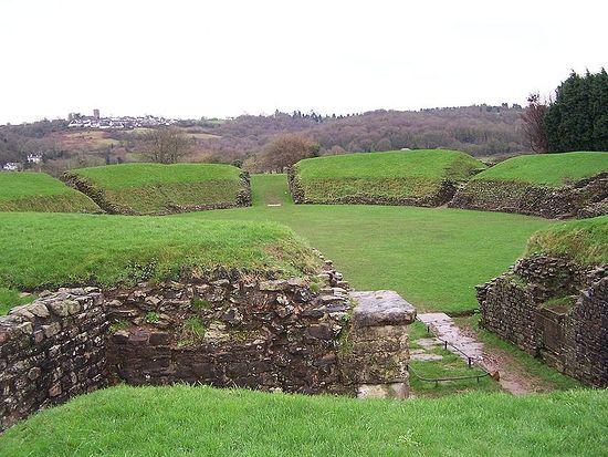 Остатки римского амфитеатра в Кэрлеон-он-Аск, Уэльс.